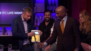 Gambar cover Illusionist Simon Pierro tapt biertje uit iPad - RTL LATE NIGHT