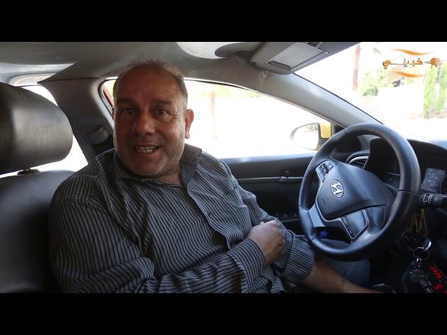 سائق أردني يبيع أساور تصنعها ابنته لإكمال دراستها