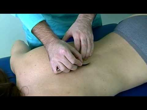 Dolorante dolore alla schiena in alto a sinistra