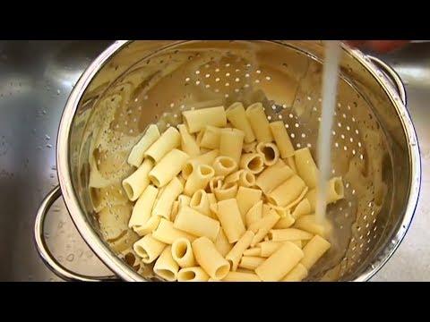Deshalb wirst du Pasta nie wieder über ein Sieb abtropfen