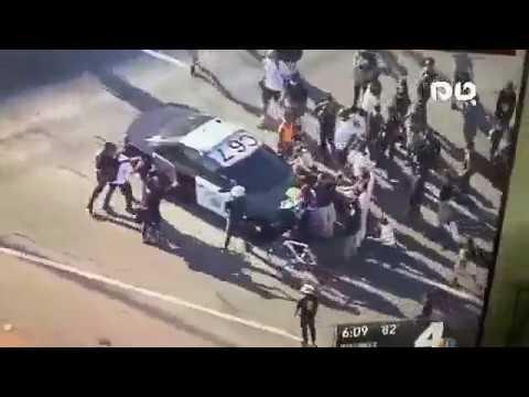 ABD'de Polis Otomobil ile Göstericilerin Arasına Daldı