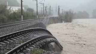 Смотреть онлайн Железную дорогу смыло в Туапсе