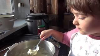 Ребёнок 3 года ГОТОВИТ запеканку