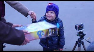 Детям дарят подарки на улице.