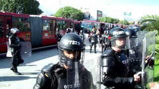 preview picture of video 'Así intenta el ESMAD controlar las protestas en TransMilenio'
