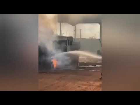 Caminhão pega fogo após motorista usar maçarico para limpar o veículo