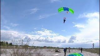 Парашютисты авиалесоохраны совершают прыжки, самое главное - совершить приземление в нужную точку
