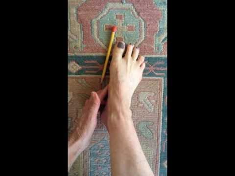 Lite guzy pomiędzy palcami