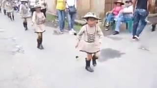 Niña bailando en desfile