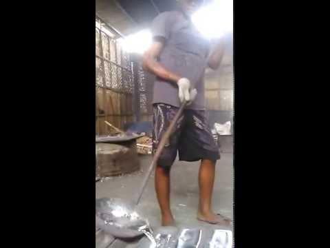 Video Proses peleburan aluminium dari kaleng bekas