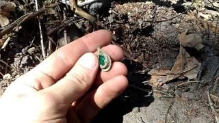 Изумрудный камень,или прозрачно зеленое стекло?Амулет,серьга,что ето?