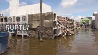 Peru: Mourners continue to bury the dead in flooded cemetery