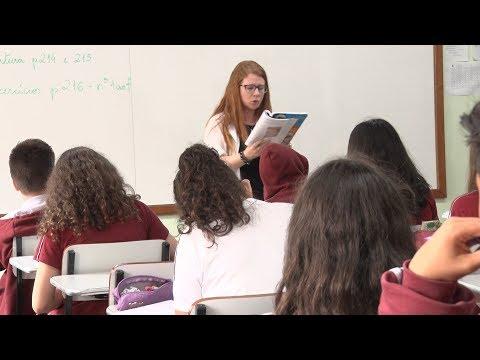No Dia do Professor, alunos prestam homenagem aos mestres