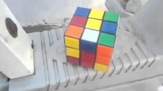 preview picture of video 'مغربي يذهل العالم باكتشافه طريقة سهلة لحل مكعب روبيك'