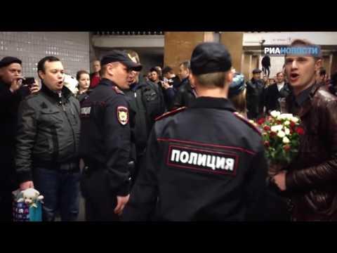 Хор МВД устроил флешмоб в метро ко Дню полиции.mp4