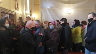 Wierni wzięli sprawy w swoje ręce! Powalająca scena podczas mszy księdza, który groził protestującym bronią