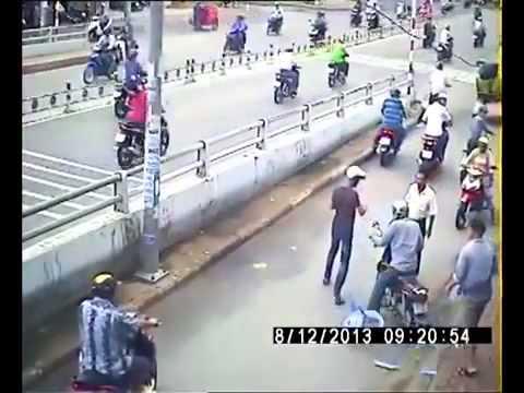 Hai thanh niên phá khoá bất thành, giả vờ ăn cắp mũ bảo hiểm vẫn bị ăn đòn