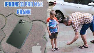 3D рисунок Айфона на дороге