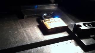 Vidéo de gravure laser sur cadenas