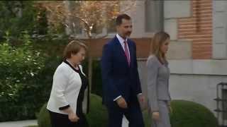 preview picture of video 'SS.MM. los Reyes saludan a la Presidenta de Chile en el Palacio de la Zarzuela'