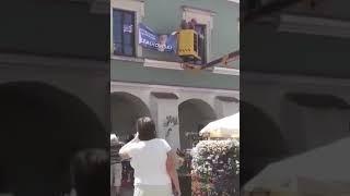 Na zamojskim rynku przed wizytą Dudy ściągane są bannery Trzaskowskiego