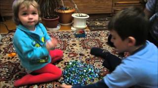 Игры дома у бабушки и дедушки. Children playing at home with his grandparents.