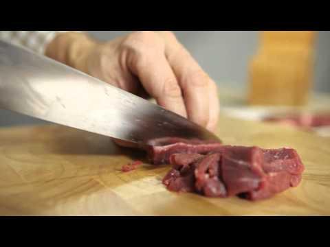 Macinare la carne con il coltello