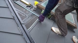 嵌合式の金属屋根材を張り付けている様子【屋根リフォーム】
