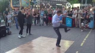 Олег Ляшко танцует в Киеве на Крещатике