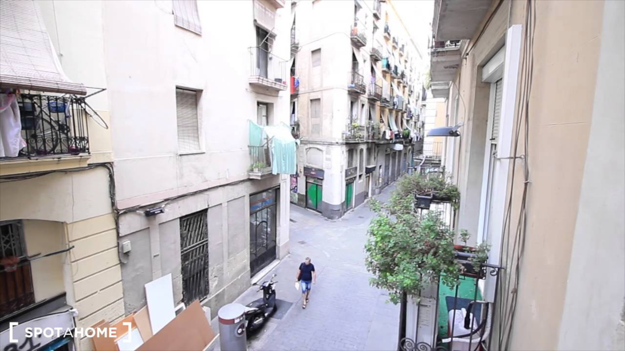Rooms for rent in 4-bedroom apartment close to El Raval, close to Universitat de Barcelona