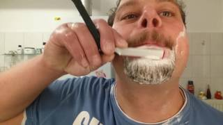 Klaus rasiert sich - Dovo Shavette Erstrasur