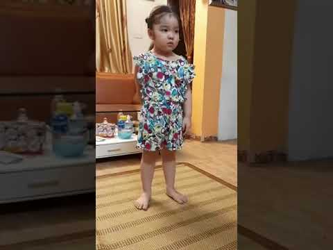 * Bạn SuKa lớp mẫu giáo nhỡ B2  học múa bài hát Cá vàng bơi