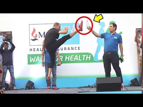 Akshay Kumar's Amazing STUNTS In Public At Padman Promotions