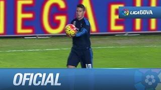 James coge el balón con la mano en medio del partido
