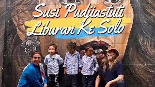 Susi Pudjiastuti Ajak Cucunya Liburan ke Solo Berfoto di depan Mural Bergambar Dirinya