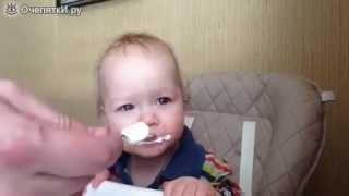 Находчивый отец кормит дочку