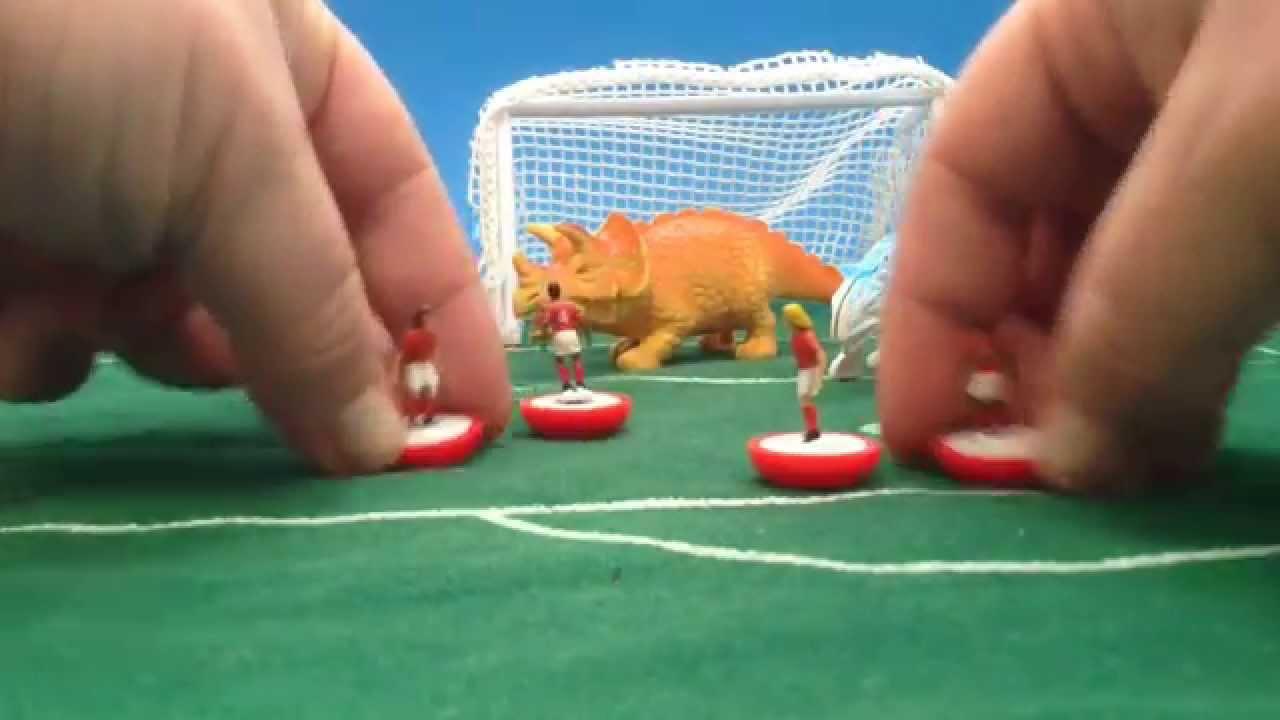 Fútbol. Personas contra dinosaurios.