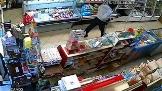 Видео: кузбассовец напал с топором на продавца магазина