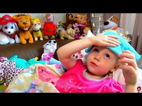Настя смотрит мультики и показывает свои игрушки видео
