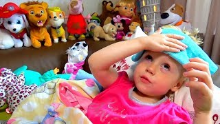 Настя смотрит мультики и показывает свои игрушки