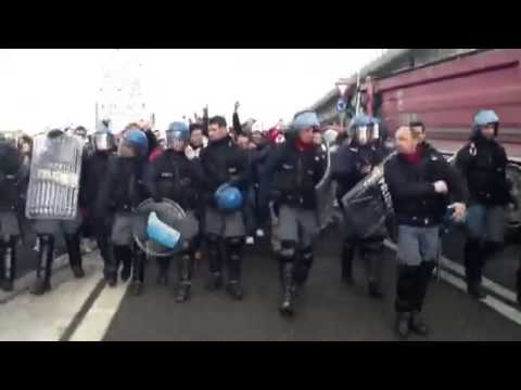 Protesta Forconi a Rho, i poliziotti tolgono i caschi