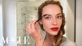 Model Hannah Ferguson's Guide to Her Magic Matte Red Lip | Beauty Secrets | Vogue - Video Youtube