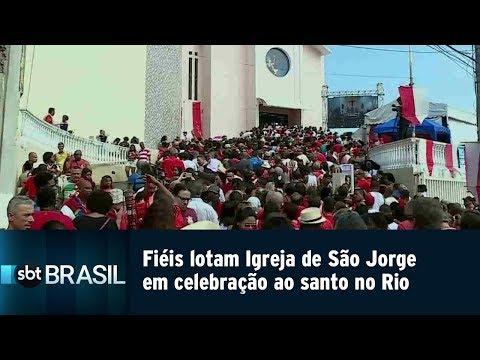Fiéis lotam Igreja de São Jorge em celebração ao santo no Rio
