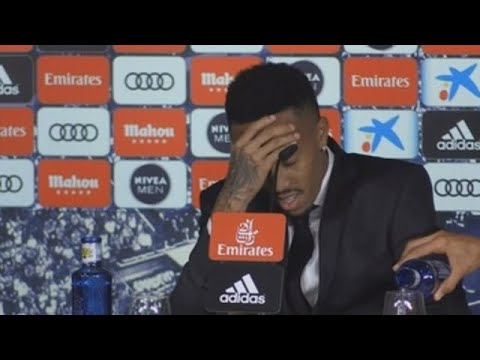 Militao sufre un mareo durante su presentación en el Bernabéu