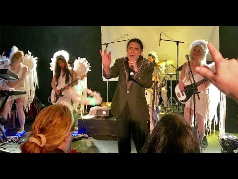 Corey Feldman briefly halts present to hunt round for his lacking tooth · Newswire · The A.V. Membership