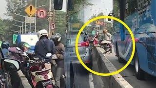 Hindari Polisi di Jalur Busway, Pengendara Motor Saling Bantu Angkat Motor Tapi Satu Motor Ditinggal