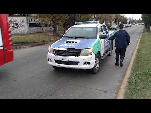 Una moto patinó y se fue al pavimento: trasladan al conductor. Video