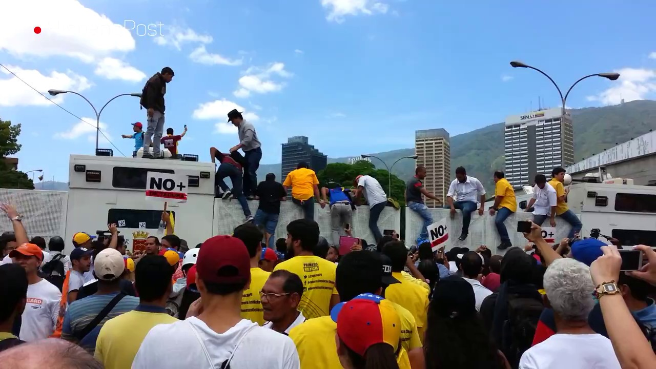 Venezolanos protestan contra el golpe de Estado y los reprimen