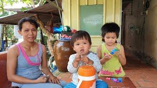 4 mẹ con bán vé số xúc động mạnh, vừa nhận tiền vừa khóc vì không ngờ được nhiều người quan tâm