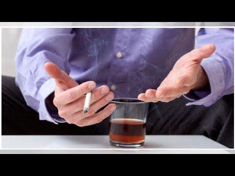 Aiuti alla moglie di bere